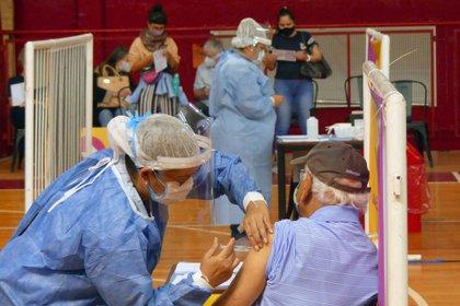 Según los ministros de Salud de todo el país, la clave es avanzar con rapidez en la vacunación de los mayores de 60 años (EFE/Enrique García Medina/Archivo)