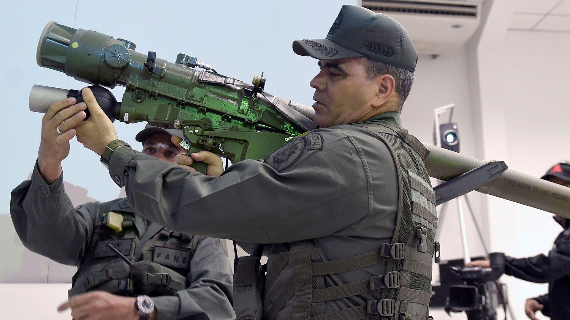Vladimir Padrino López con un lanza cohetes de origen ruso, el mismo con el que el ejército venezolano entrenó a la guerrilla del Ejército de Liberación Nacional colombiano (AFP)