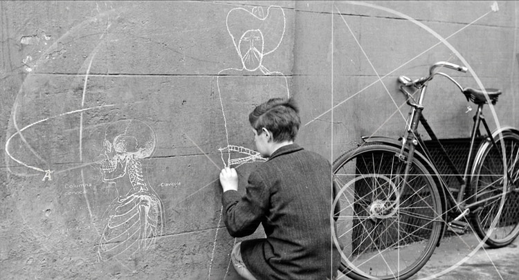 Composición sobre la fotografía Niño pintando un vaquero en un muro de Essex Street, Dublin. 1953. Wikimedia Commons / National Library of Ireland on The Commons.