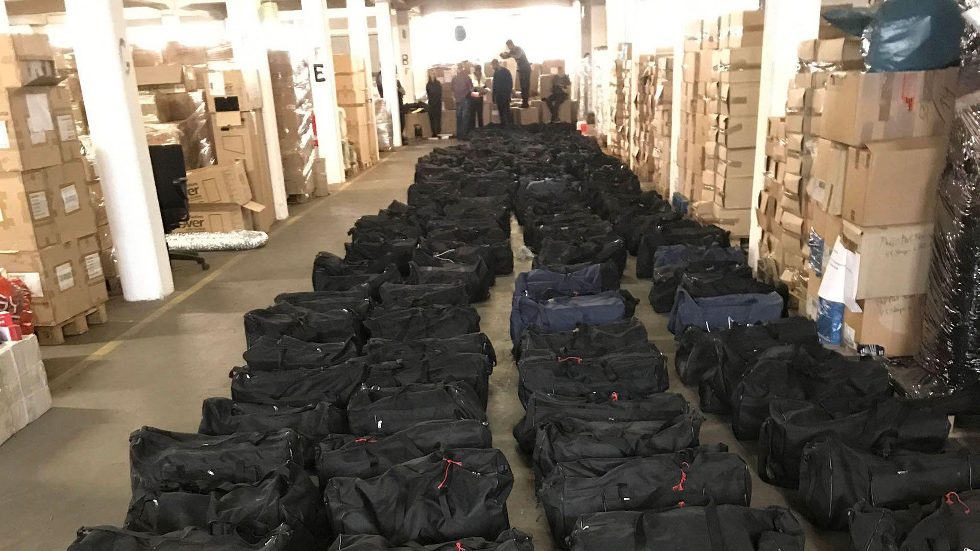 Algunos de los 221 bolsos deportivos cargados con cocaína provenientes de Uruguay, en Alemania