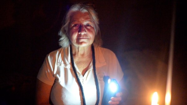 Maria Perdomo sufre cortes de energía eléctrica de entre 8 y 16 horas por día en su casa de Zulia.