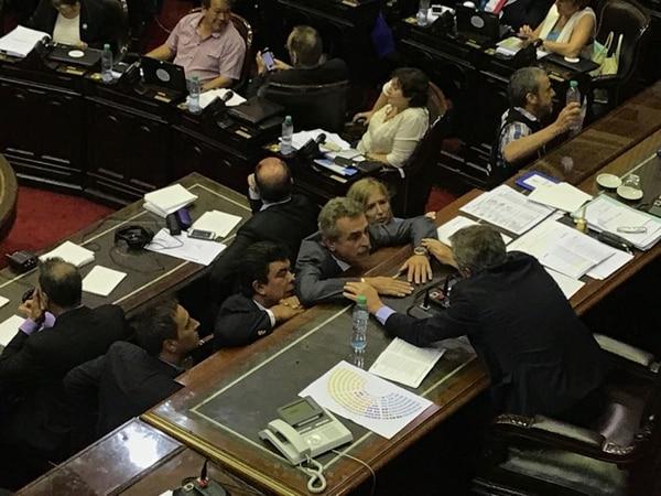 Agustín Rossi habla con Emilio Monzó, presidente de la Cámara de Diputados
