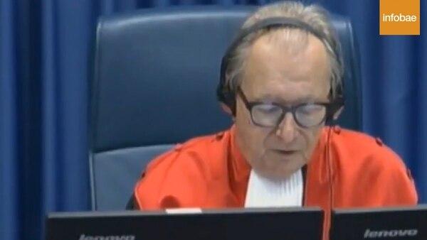 El juez de la corte Carmel Agius en La Haya le pidió que no tomara el veneno, sin éxito