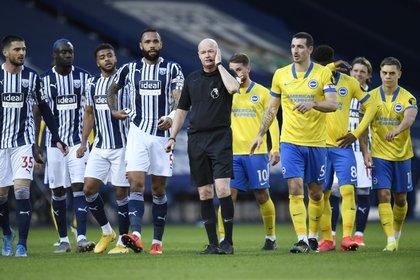 El árbitro anuló, convalidó y volvió a anular el tanto del empate (Reuters)