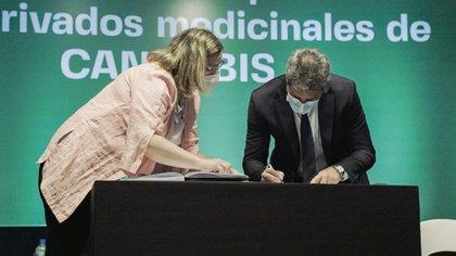 Sergio Uñac- estuvo acompañado por el presidente de San Juan Cannabis Medicinal Sociedad del Estado, Roberto Correa y los directores Ariel Lucero y Carolina Giménez Guardia.  (Servicio Informativo Gobierno de San Juan)