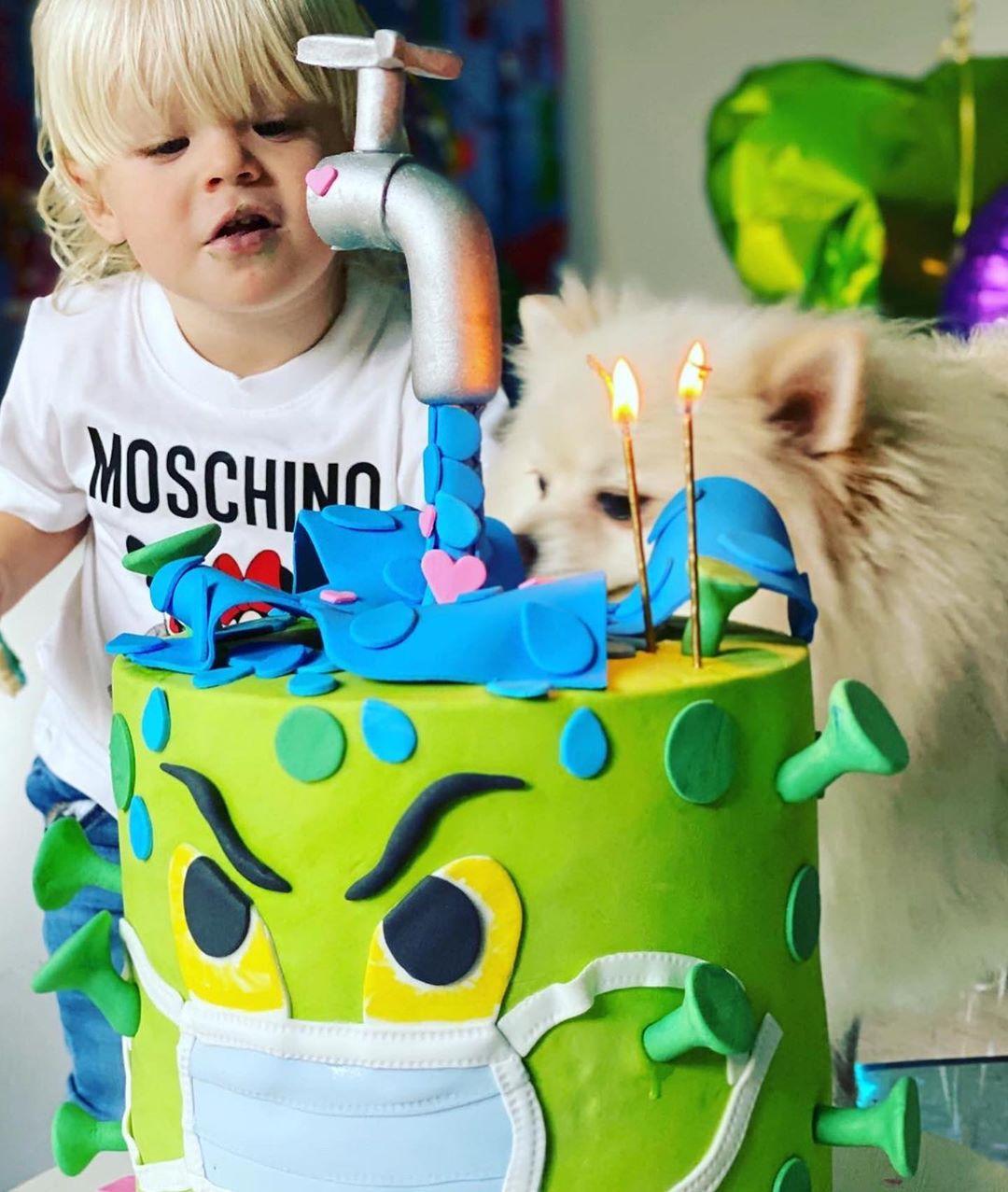Dionisio junto a su atípica torta de cumple (Foto: Instagram)