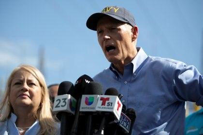 El senador estadounidense Rick Scott junto a la gobernadora de Puerto Rico Wanda Vazquez en Guayanilla el 10 de enero de 2020 (REUTERS/Marco Bello)
