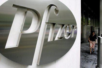 Foto de archivo tomada del logo de la empresa estadounidense Pfizer en la sede mundial de la compañía en Nueva York (EFE/Justin Lane)
