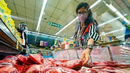 La ministra de Comercio Interior, Paula Espanyol, en un recorrido por los supermercados vinculados a un acuerdo de precio de la carne