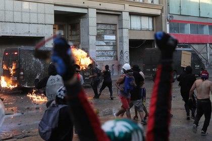 Manifestantes prendieron fuego a un vehículo policial durante una protesta contra el gobierno, el 29 de noviembre de 2019 (REUTERS/Pablo Sanhueza)
