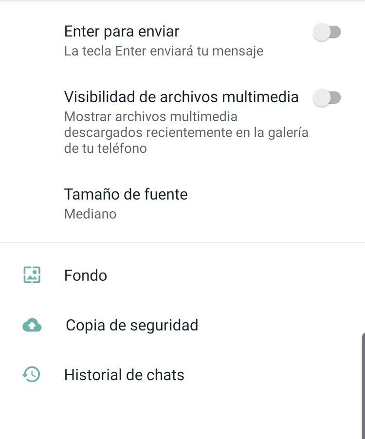 Dentro del menú de Ajustes de WhatsApp hay que ir hasta chats y desactivar la opción Visibilidad de archivos multimedia.