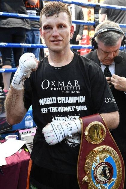 Horn luciendo el cinturón que lo declara como campeón. (Reuters)