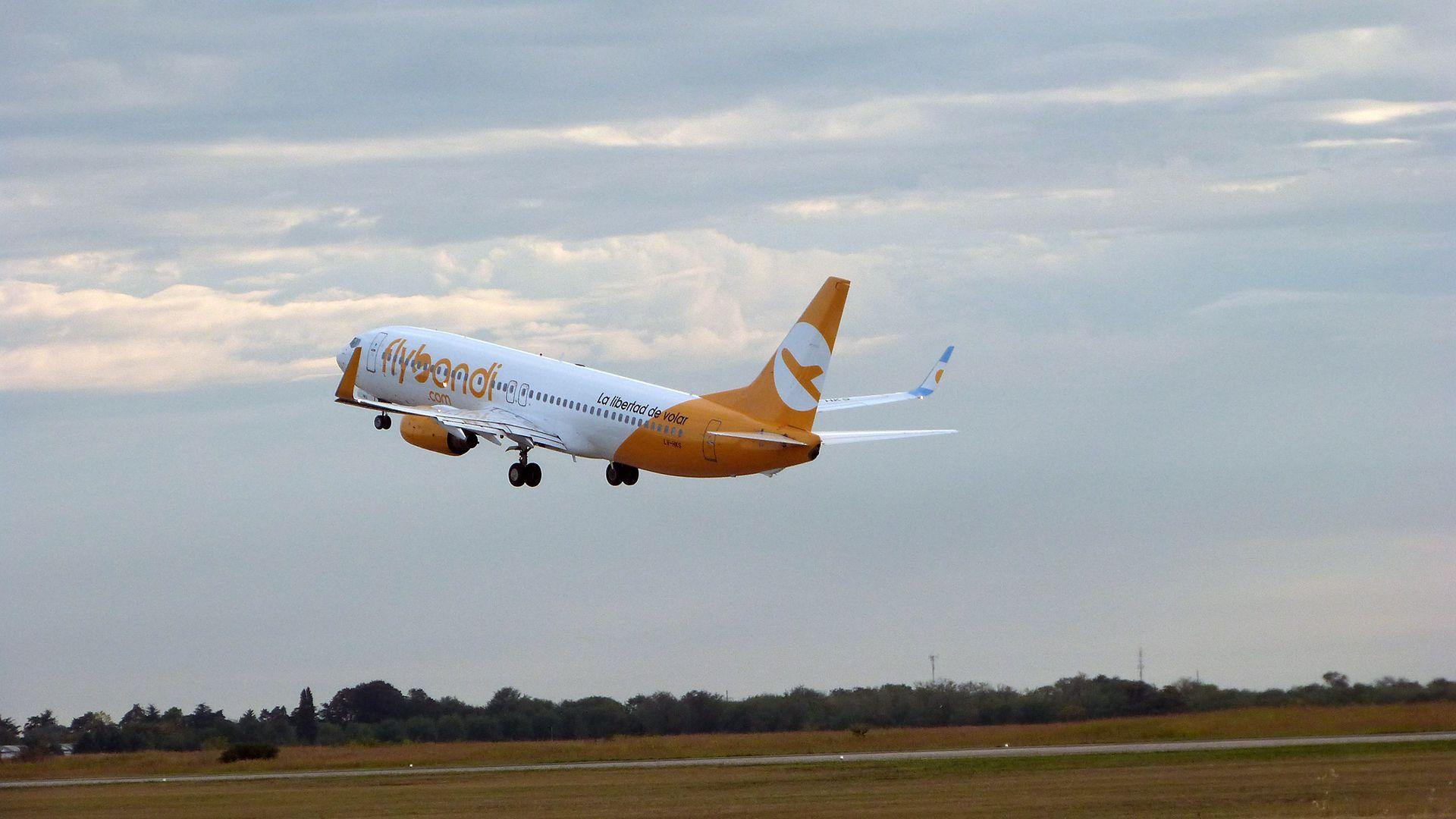 """Flybondi empezó este viernes los vuelos de """"repatriación"""" desde Brasil y Paraguay"""