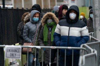 Un grupo de personas espera para hacerse una prueba para comprobar si tienen coronavirus. Foto: REUTERS/Jeenah Moon