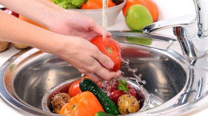 La sanitización de los alimentos debe ser constante y no solo por el COVID-19 (Shutterstock)