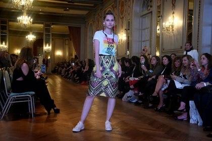 Falda con dibujos geométricos y remera estampada, uno de los diseños by Benito