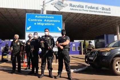 Oficiales de la Policía Federal en la Triple Frontera, en Foz do Iguacu (Reuters)