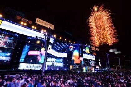 Una multitud celebró el Año Nuevo en Taiwán, mientras muchos países suspendieron los festejos para evitar grandes aglomeraciones (REUTERS/Ann Wang)