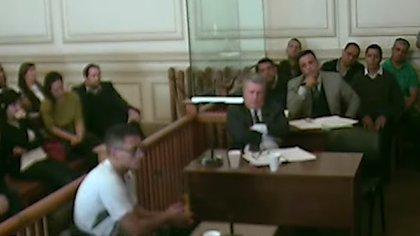 Mendoza al declarar en el juicio oral. Los acusados, arriba a la derecha.