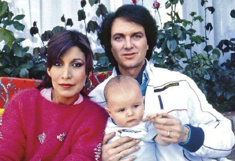 Lourdes Ornelas y Camilo Sesto con su hijo, Camilo Blanes, que ahora tiene 35 años (Foto: Facebook @CamiloBlanes)