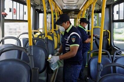 Imagen de archivo. Trabajadores con mascarillas protectoras limpian el interior de un autobús público, en medio de la preocupación por la propagación de la enfermedad por coronavirus (COVID-19), en la Ciudad de Guatemala, Guatemala, 15 de marzo de 2020. REUTERS / Luis Echeverria