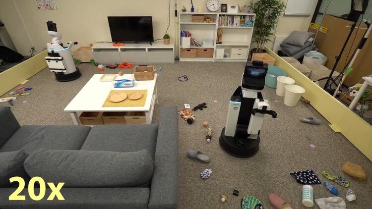 El robot levanta las cosas y las guarda en su lugar.