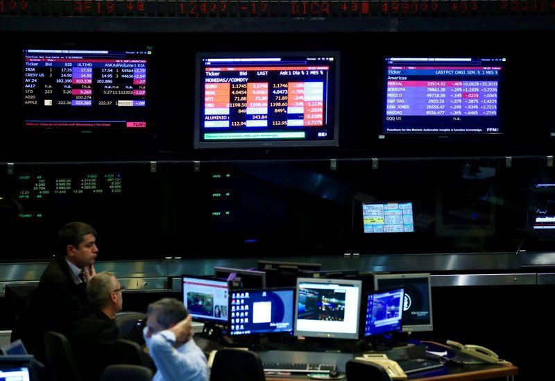Los Cedears constituyen una inversión que expone a dos variables distintas: una, la evolución del precio en dólares de la acción y, dos, la cotización del dólar libre (Reuters)