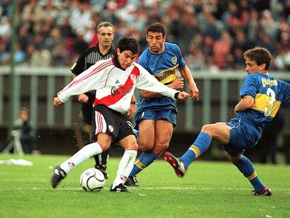 Fagiani contra Saviola en el Superclásico disputado en el Monumental por el Apertura 2000 (FotoBaires)