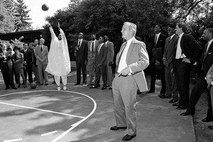 Hodges fue a la Casa Blanca para celebrar el título de 1991 vestido con un dashiki y llevó una carta para pedirle al presidente por los integrantes de su comunidad (Foto: Courtesy of George Bush Presidential Library and Museum)