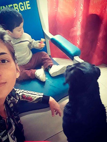 Romina, Augusto y Nala, en la casa familiar en Progreso
