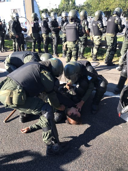 Una gendarme es socorrida por sus compañeros (Foto: Marcelo Dell'Isola)