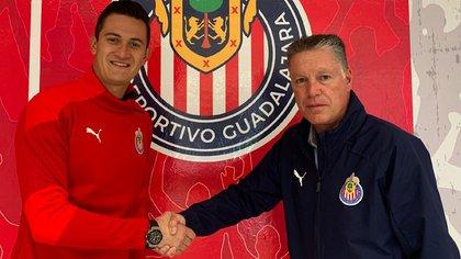 El acuerdo fue anunciado por el equipo con una imagen entre el director Deportivo, Ricardo Peláez Linares y el guardameta (Foto: Twitter@Chivas)