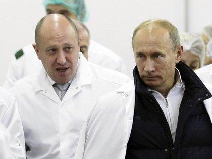 Yevgeny Prigozhin, el Chef del Kremlin y jefe del Grupo Wagner, junto a Vladimir Putin (ALEXEI DRUZHININ/AP)