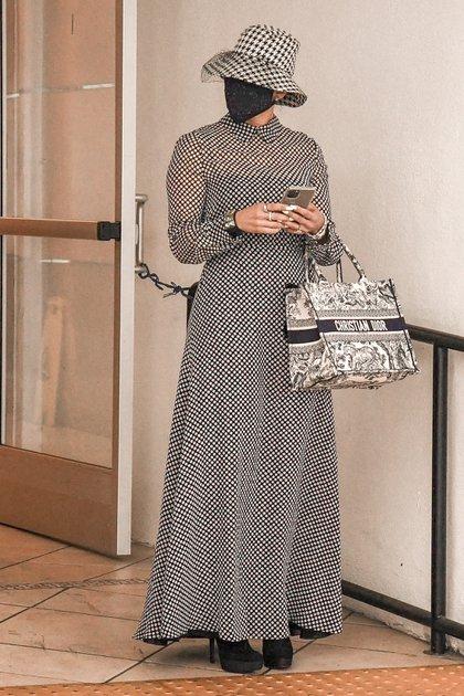 No pasó inadvertida. Si bien no se le ve el rostro, Jennifer Lopez intentó evitar a los paparazzis durante una visita a su dermatólogo en un centro médico de Beverly Hills. La cantante lució un conjunto estampado, gorro y tapabocas