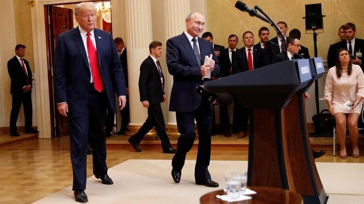 Presidente de EE.UU., Donald Trump y el presidente de Rusia, Vladimir Putin llegan a una conferencia de prensa conjunta en Helsinki, en la cual Trump negó que hubiese injerencia rusa sobre las elecciones del 2016. (REUTERS / Kevin Lamarque)