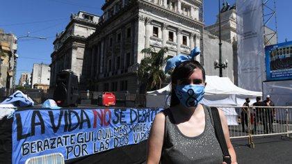 """Los que se oponen a la ley, los """"pañuelos celestes"""", también tienen su lugar en las inmediaciones del Congreso (Maximiliano Luna)"""