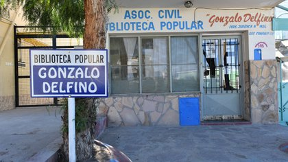 El frente de la biblioteca sobre calle Uruguay, en el barrio El Progreso (Maxi Jonas)