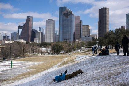 Un hombre se desliza en la nieve en Houston (Mark Felix / AFP)