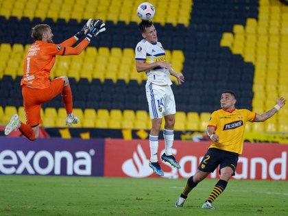 Capaldo gana en las alturas ante la salida de Burrai (REUTERS/Marcelo Pin)