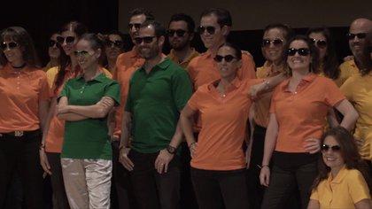 Los hermanos Salinas son las únicas dos personas del grupo que usan playeras verdes, indicador de que tenían un alto rango dentro de Nxivm (Foto: screenshot video Frank Report)