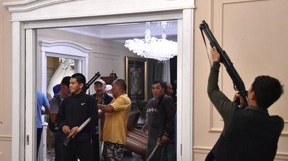 Los partidarios armados del ex presidente Almazbek Atambayev vigilan su casa durante una operación de las fuerzas de seguridad del Estado para detenerlo (REUTERS/Vladimir Pirogov)