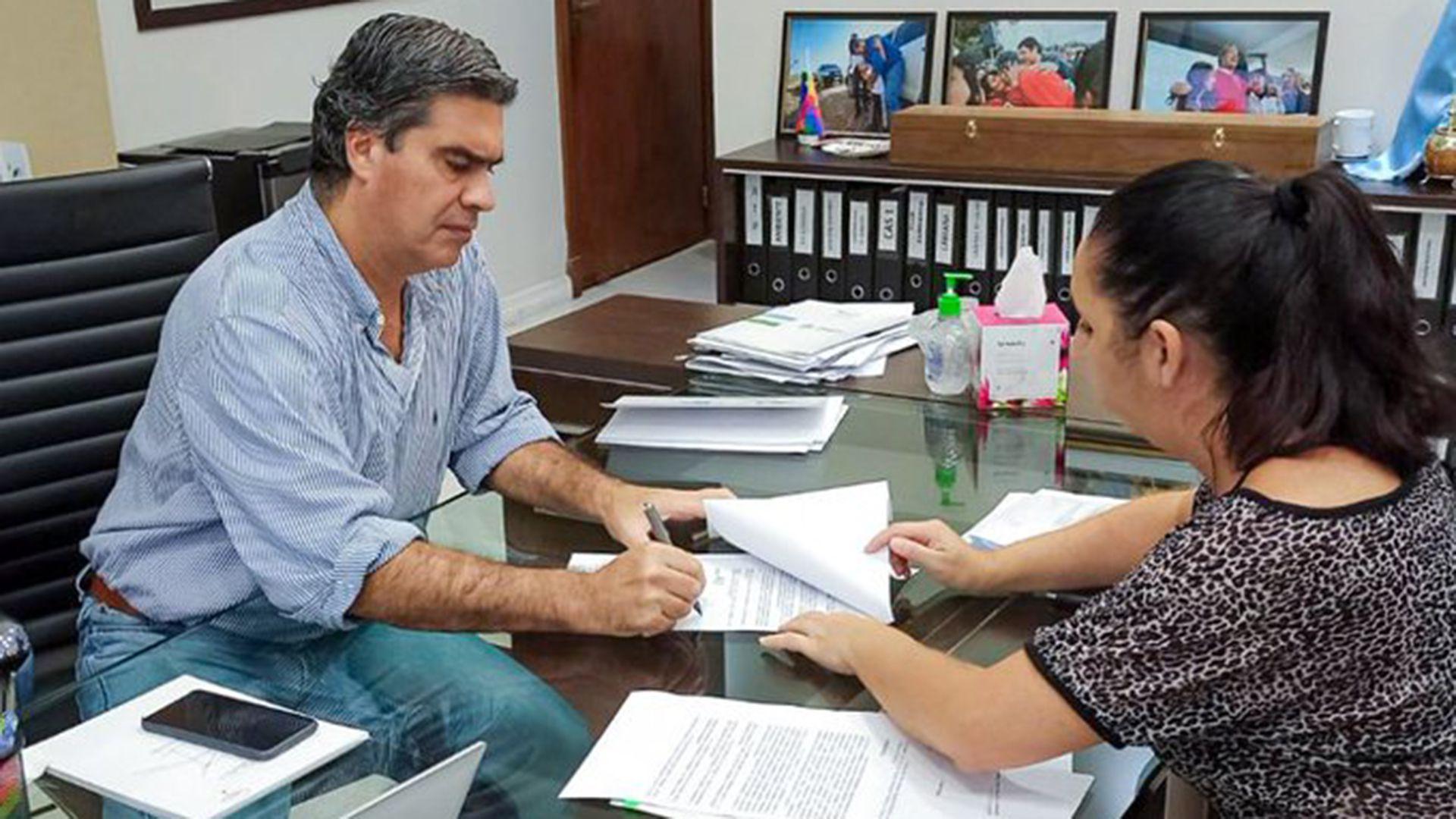 El gobernador Capitanich firma el decreto en donde establece restricciones hasta el 21 de mayo