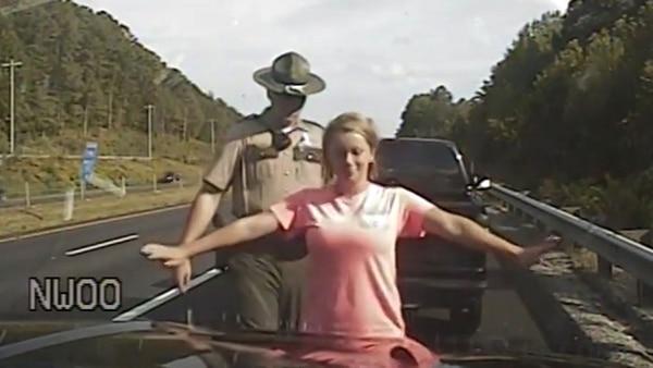 Policía detiene a conductora y la manosea