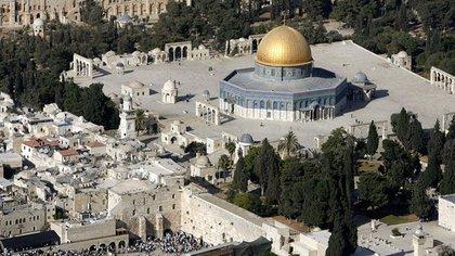 Del Templo destruido en el año 70, sólo subsiste un sector del muro de lo rodeaba: Muro de los Lamentos