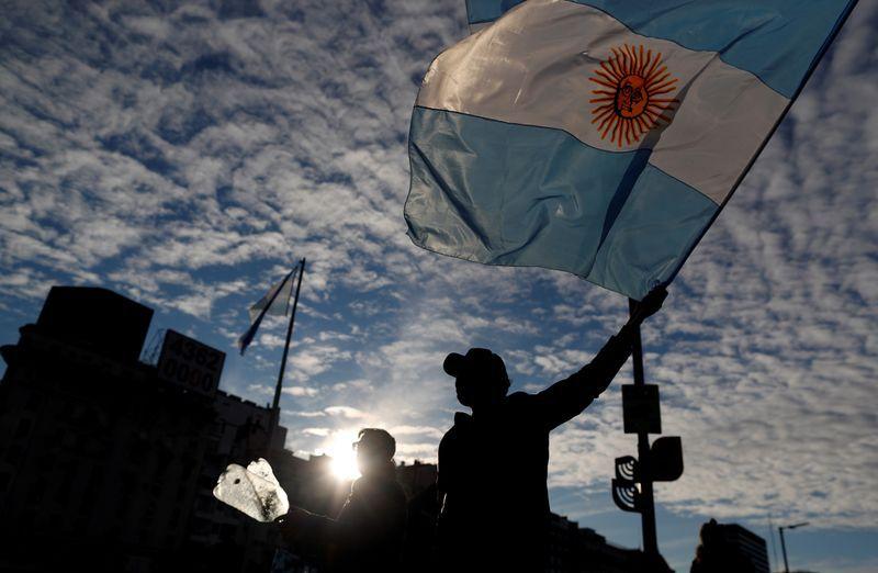 Foto de archivo. Manifestantes participan en una protesta contra el gobierno y las medidas de cuarentena en la ciudad de Buenos Aires, durante el día de la independencia de Argentina, en medio del brote de la enfermedad coronavirus (COVID-19), en el obelisco de Buenos Aires. Argentina. 9 de julio de 2020. REUTERS/Agustín Marcarian