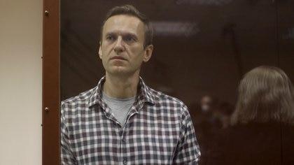 Alexei Navalny, en el interior de un banquillo de los acusados durante una vista judicial en Moscú, Rusia, 20 de febrero de 2021n  kl