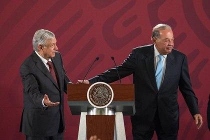 Carlos Slim y López Obrador tuvieron sus rencillas al inicio de la administración, marcada por la cancelación del NAIM en el que había invertido el empresario (Foto: Archivo)