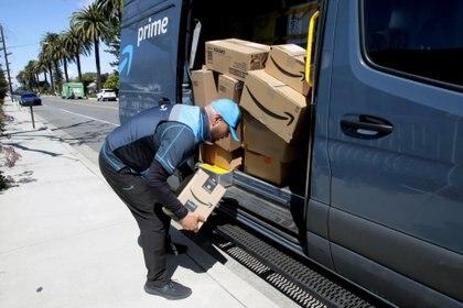 Un camión de entregas de Amazon (REUTERS/Alex Gallardo)