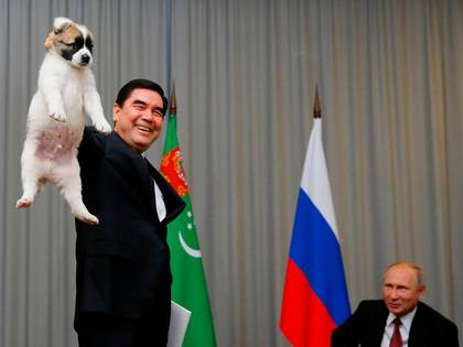 El presidente de Turkmenistan, Gurbanguly Berdimuhamedov, junto con el mandatario ruso Vladimir Putin en Sochi, en octubre de 2017 (AFP Photo/ Pool/ Maxim Shemetov)