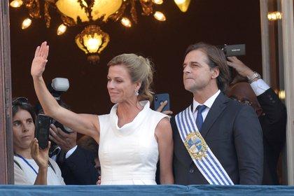 El matrimonio saluda desde el Palacio de Estévez después de la jura de Luis Lacalle Pou como presidente de Uruguay, el 1 de marzo de 2020 (Reuters).